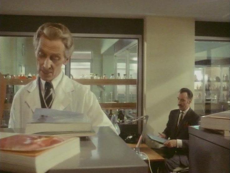 Auch wenn er hier nur zweite Geige spielt, steht Peter Cushing hier im Vordergrund des Bildes, während Christopher Lee im Hintergrund Platz nahm.