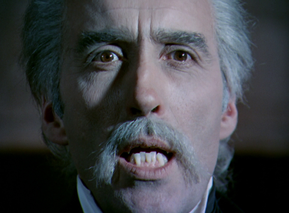So nah dran, man sieht Christopher Lees Zähne.