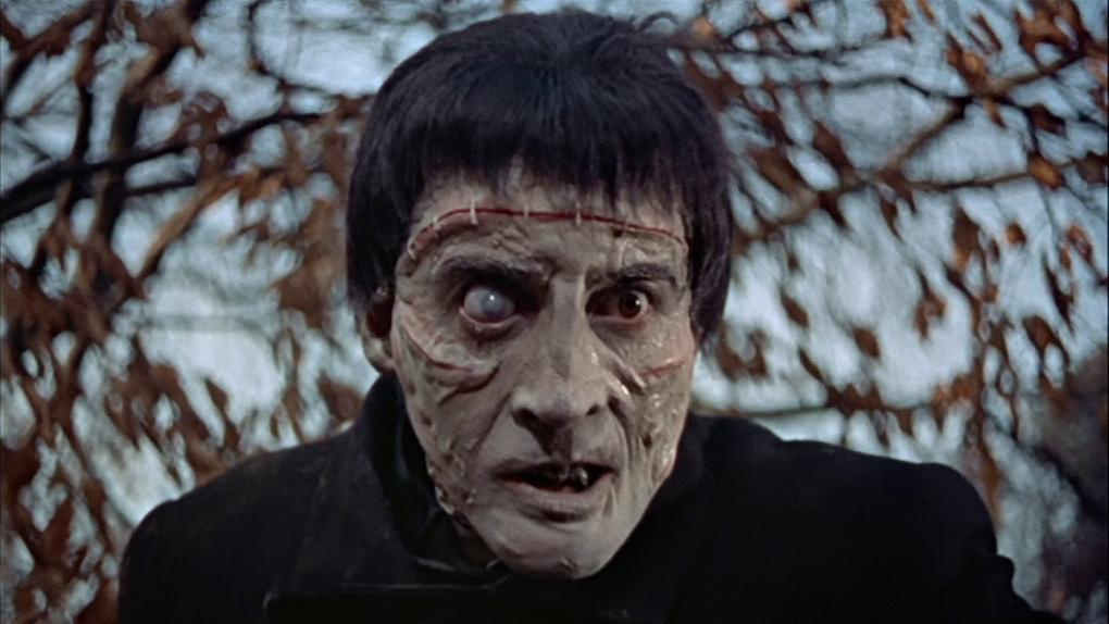 Christopher Lee als Frankensteins Monster hat ein entstelltes Gesicht, das aus verschiedenen Fetzen zusammengesetzt ist.
