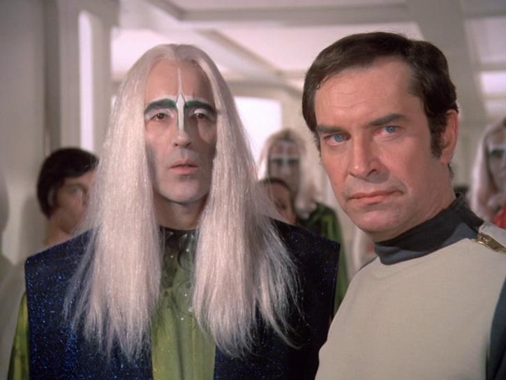 Der exotische Außerirdische Zantor steht neben Commander Koenig