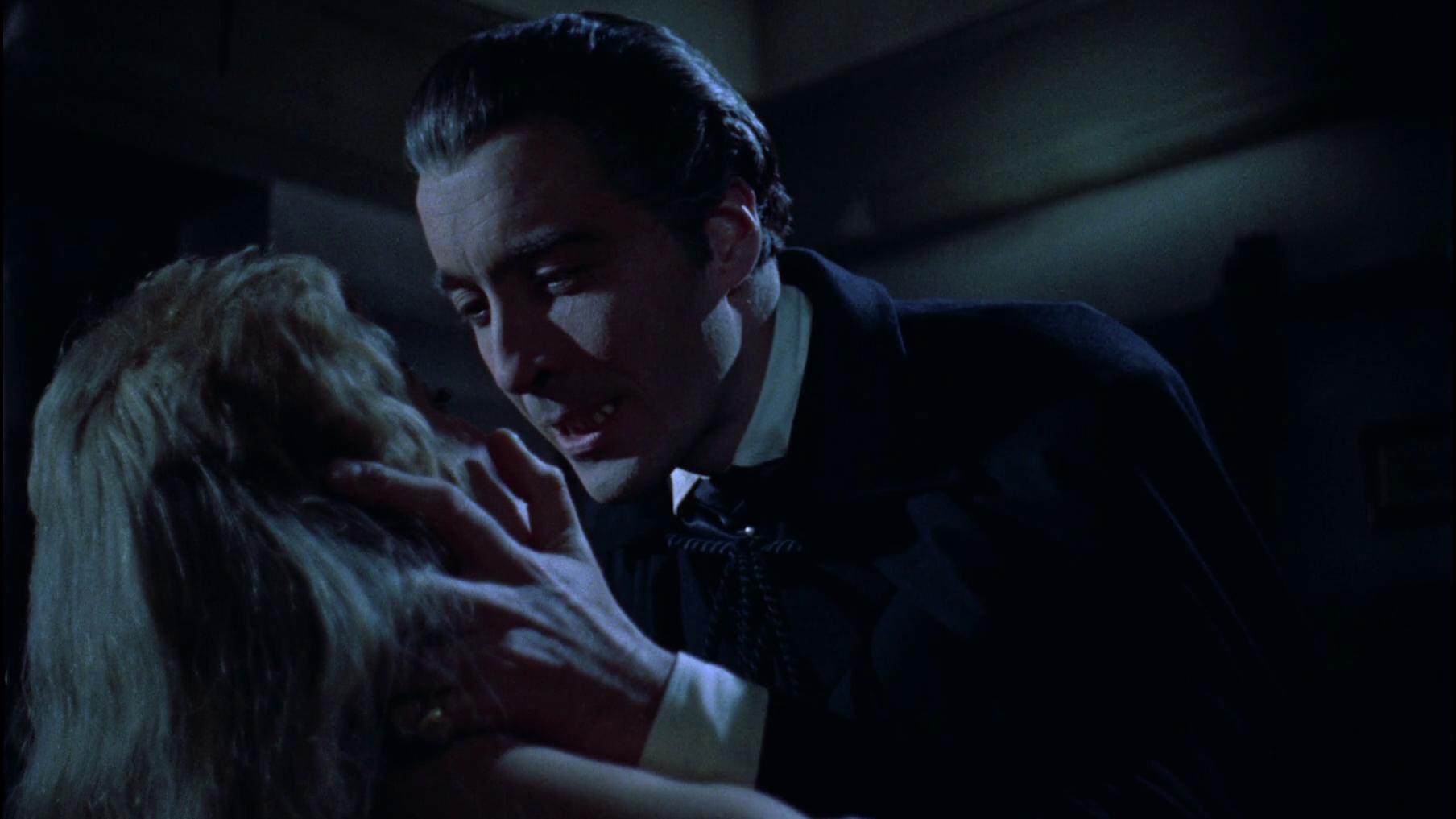 Dracula beugt sich lustvoll über Mina