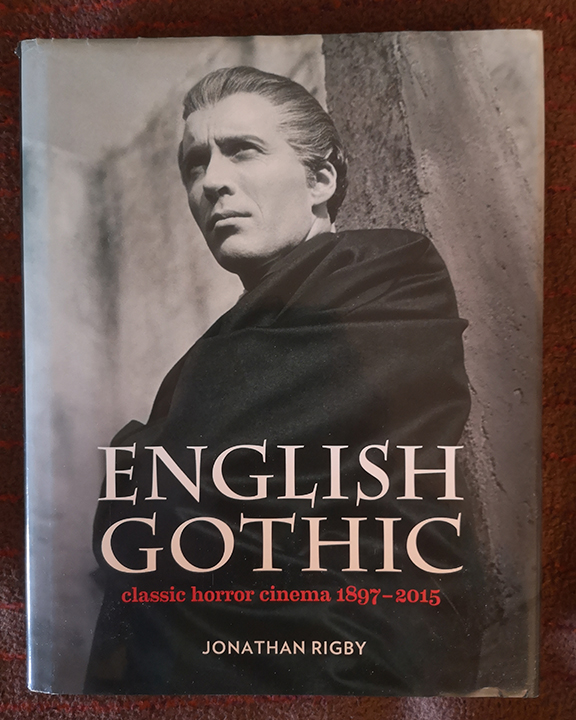 Christopher Lee posiert für Literatur über Hammer in English Gothic
