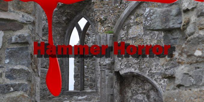 Hammer Horror vor Gemäuer, während Blut vom Bildschirm läuft.
