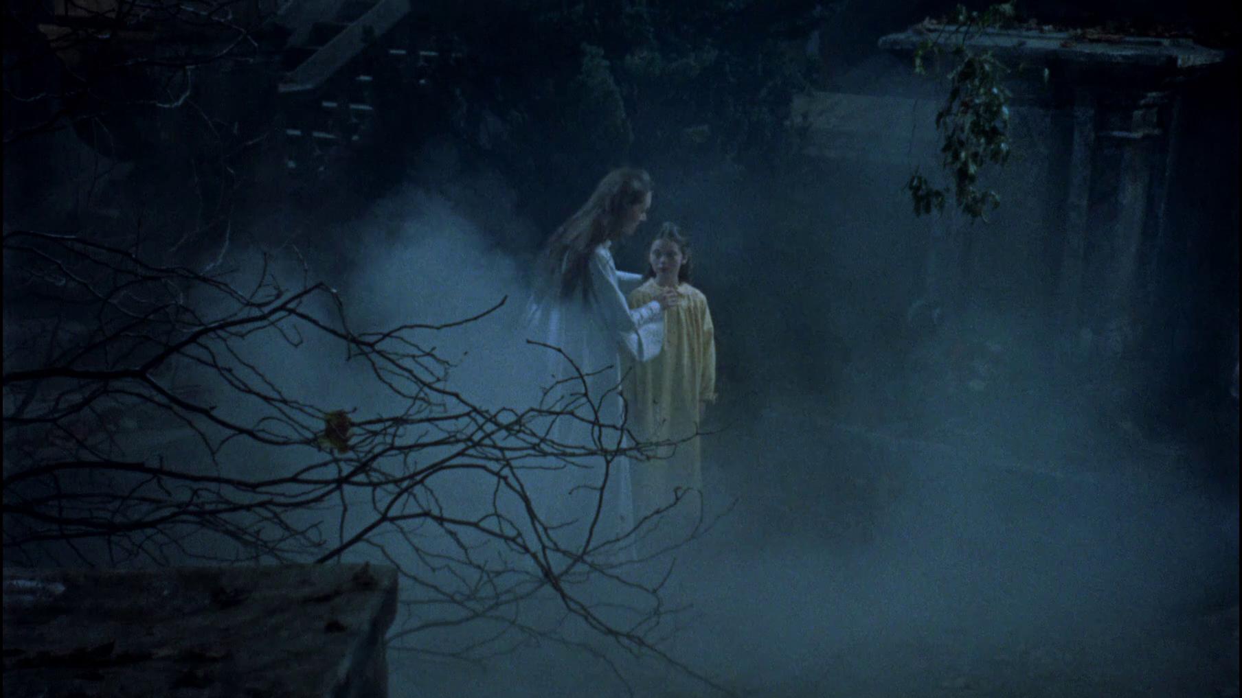 Vampirin Luzy wählt ein Kind als Opfer