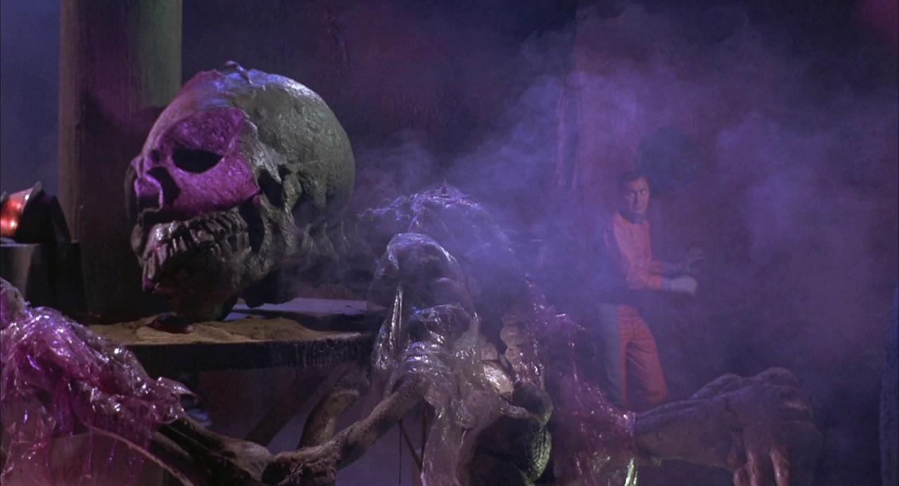 Ein riesiges Alien-Skelett in Planet der Vampire von Mario Bava