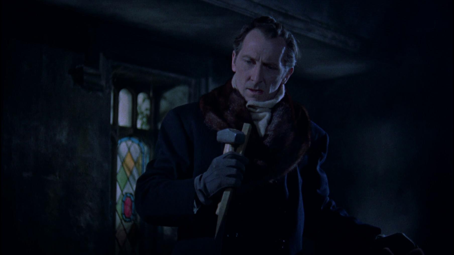 Peter Cushing hält als Van Helsing Hammer und Pflock bereit